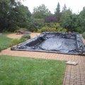 Fényt át nem eresztő fólia takaróval védjük a medencét a szennyeződésektől.