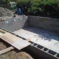 Egy nap kötési idő után megkezdődött a medence oldalfal 25-ös beton zsalukőből való építése.
