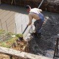 Medence fenéklemez betonozása