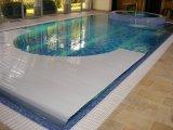 Úszómedence víz alatti redőnyős takaró.