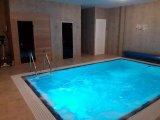 Beltéri elhelyezésű feszített víztükrű úszómedence építése Hajdúböszörményen..