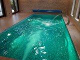 Beltéri elhelyezésű, vízzáró vasbeton, üvegmozaik burkolatú úszómedence építése Vecsésen