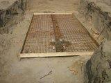 Homokos és kötött talaj. Látható, hogy a homokos talajnál az omlás miatt mennyivel nagyobb munkagödröt kellett készíteni